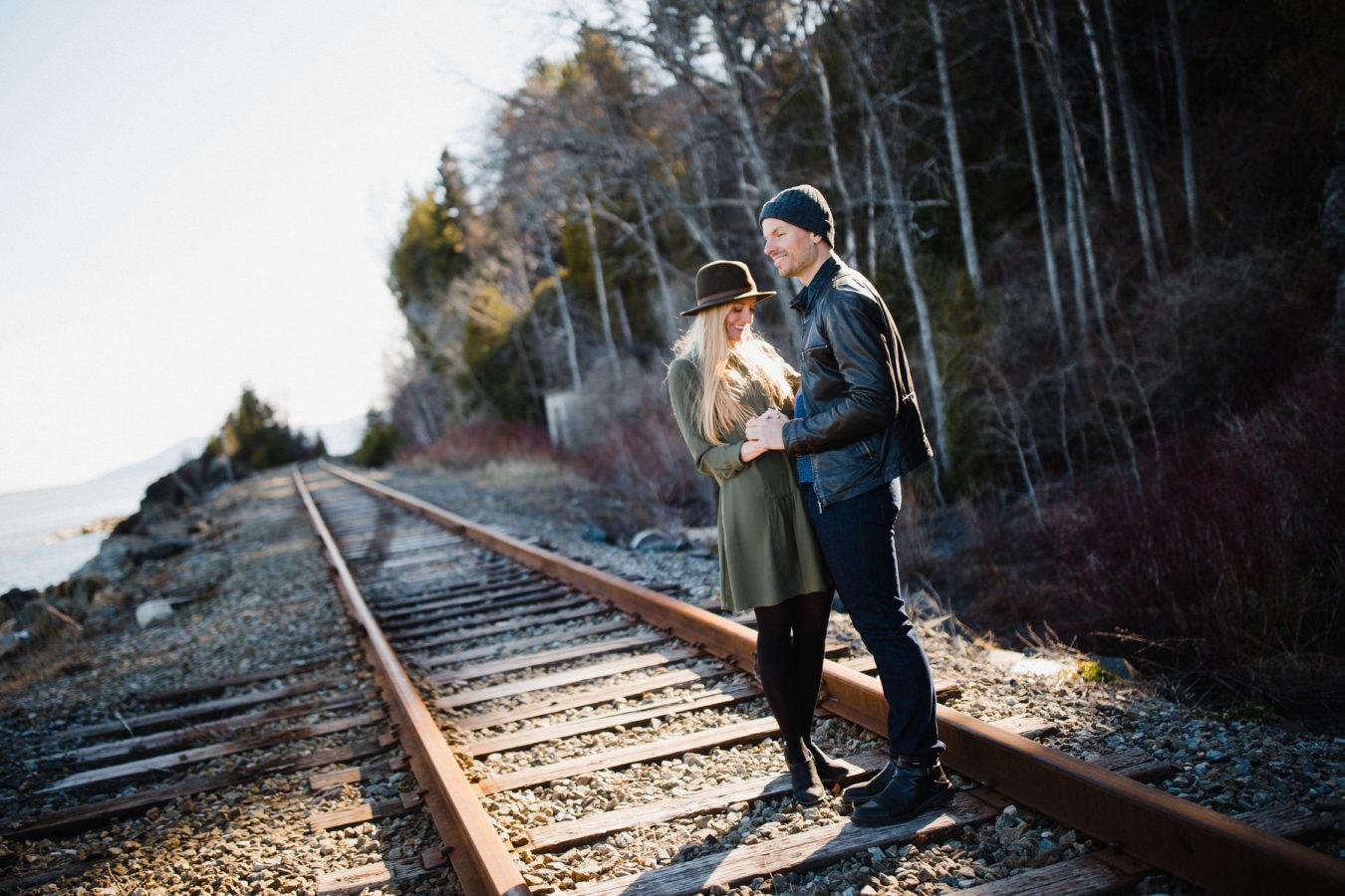 couple sur une chemin de fer