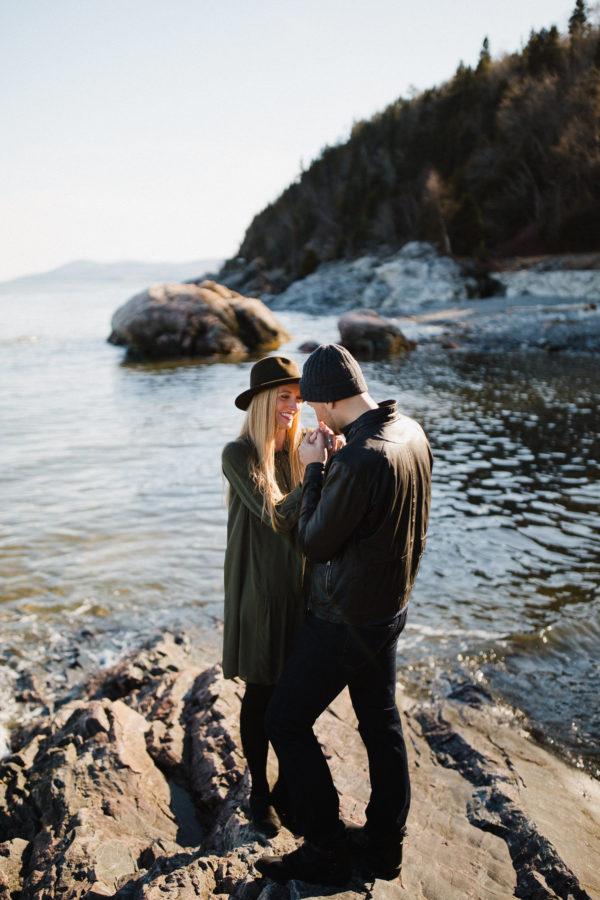 deux amoureux se regardent avec le fleuve en arrière