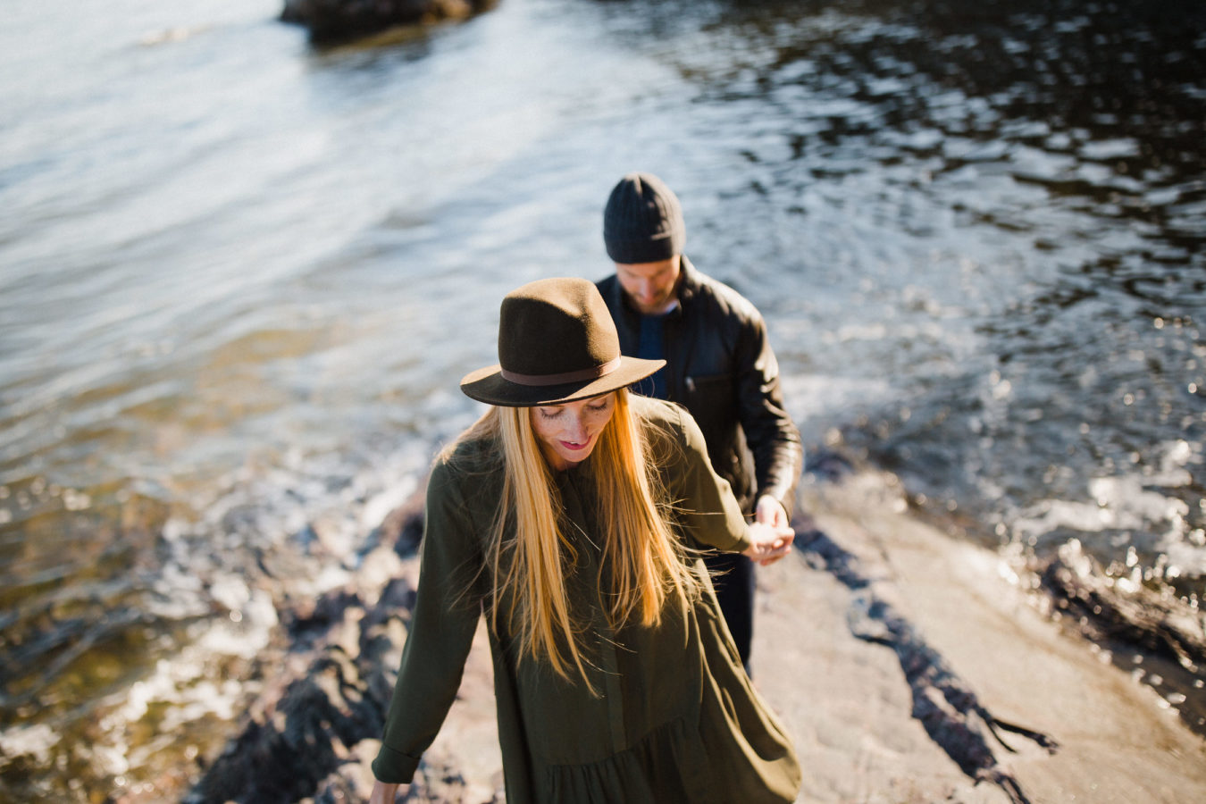 deux amoureux marchent avec le fleuve en arrière