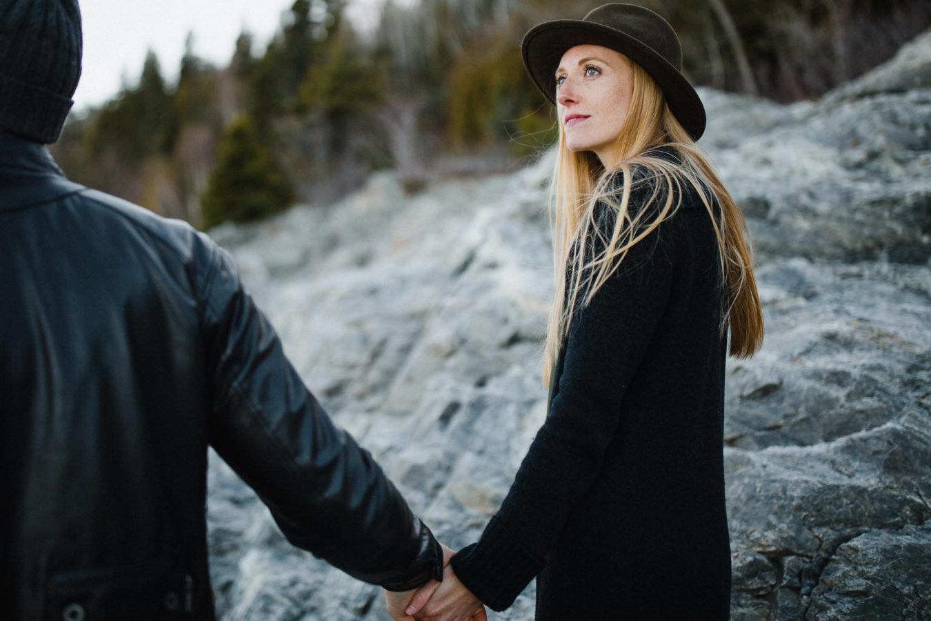couple se tenant par la main en marchant