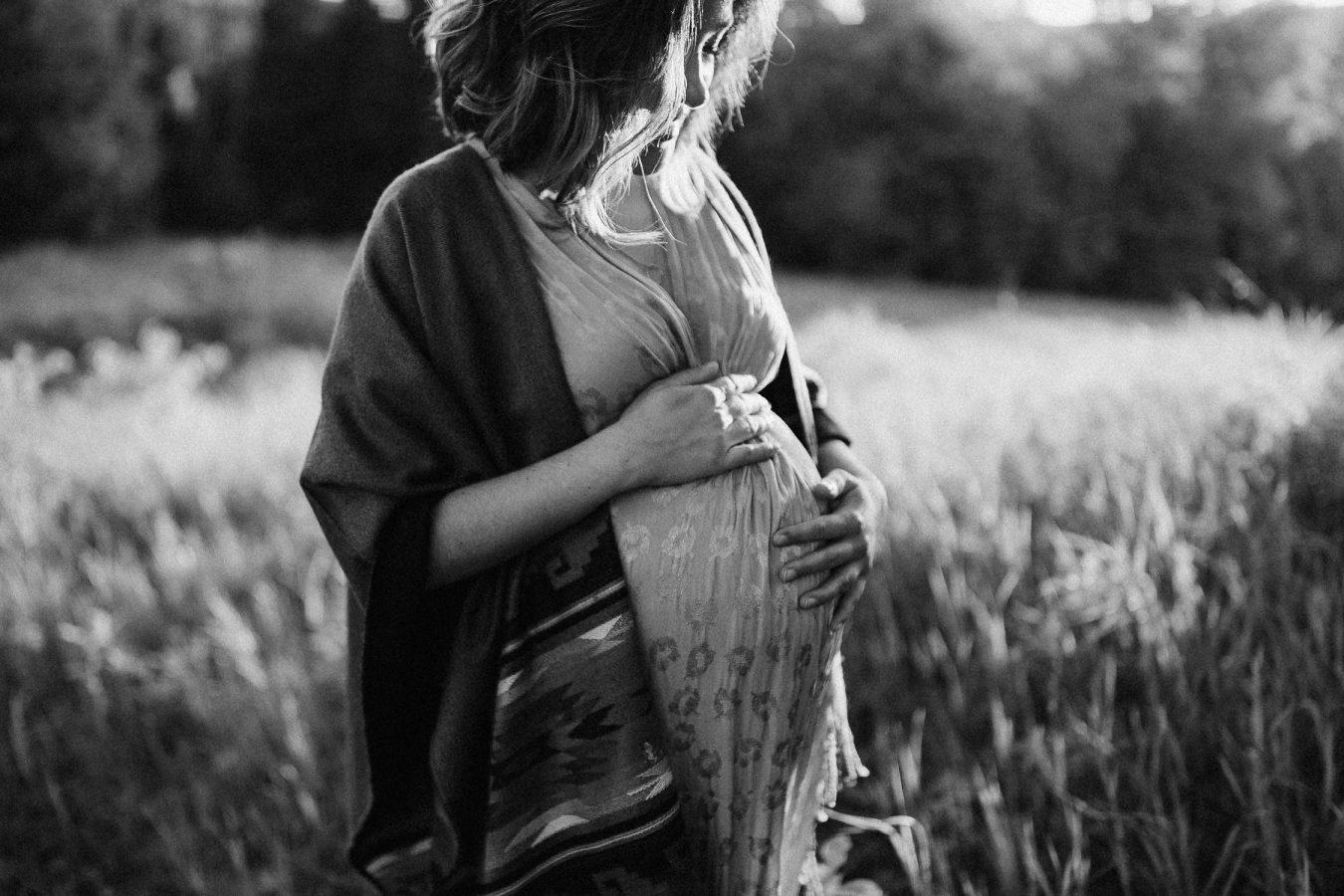 future-maman-au-coucher-de-soleil